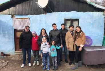 Elevii şi studenţii basarabeni vin în ajutorul unor familii nevoiaşe din comuna Brazi
