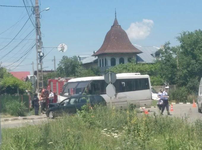 Accident la Floreşti: un  autobuz cu călători şi un autoturism s-au ciocnit