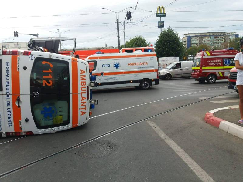 Ambulanţă cu pacientă la bord a fost răsturnată