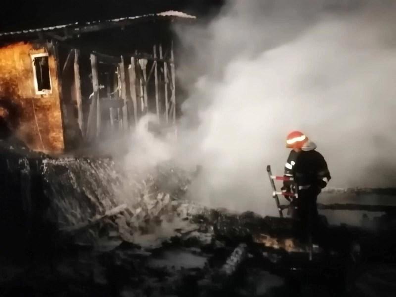Două locuinţe din Blejoi s-au făcut scrum, azi noapte (imagini)