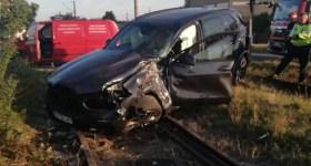 Autoturism lovit de tren în Bereasca- Ploieşti (imagini)