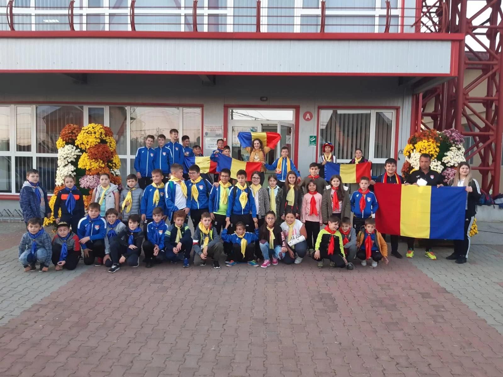 """Copiii fotbaliști din Blejoi, ca și alții din Ploiești și Prahova, sunt acum la """"Arena Națională"""". Puștii și însoțitorii lor profită de permisiunea UEFA de a fi prezenți la un meci ce trebuia disputat cu porțile închise!"""