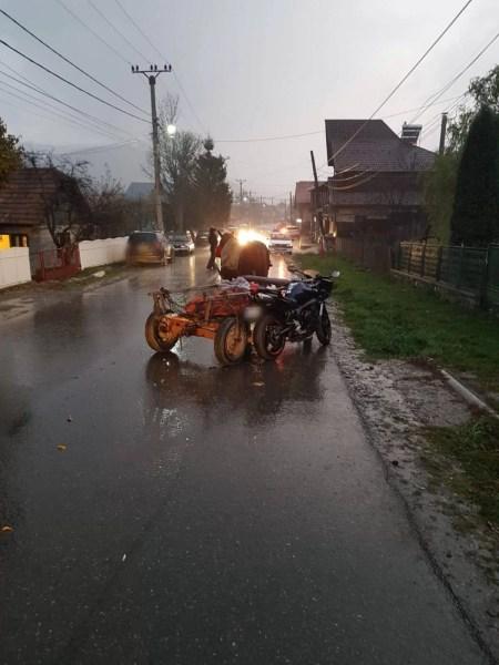 Accident neobişnuit la Valea Doftanei: căruţă cu motocicletă