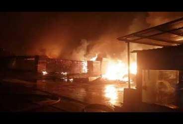Imagini cu intervenţia pompierilor la incendiul care a luminat noaptea oraşul Urlaţi