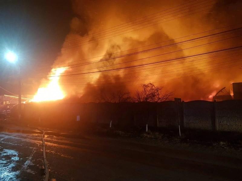 50 de cetăţeni evacuaţi din blocuri şi case la incendiul Saltconfort Urlaţi