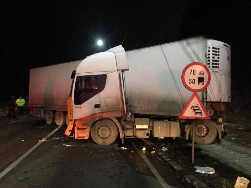 DN1 a fost blocat total, azi noapte, de un tir derapat