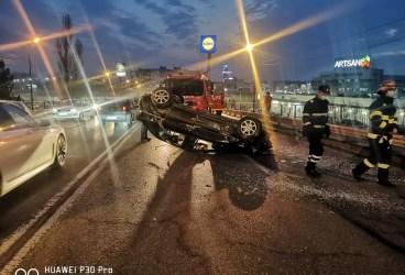 Accident cu alcool și autoturisme răsturnate pe podul de pe Strada Ștrandului
