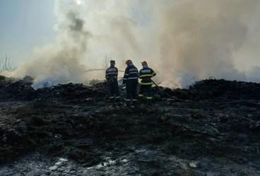 Pompierii au stins, toată noaptea, un incendiu de gunoi menajer la Bucov