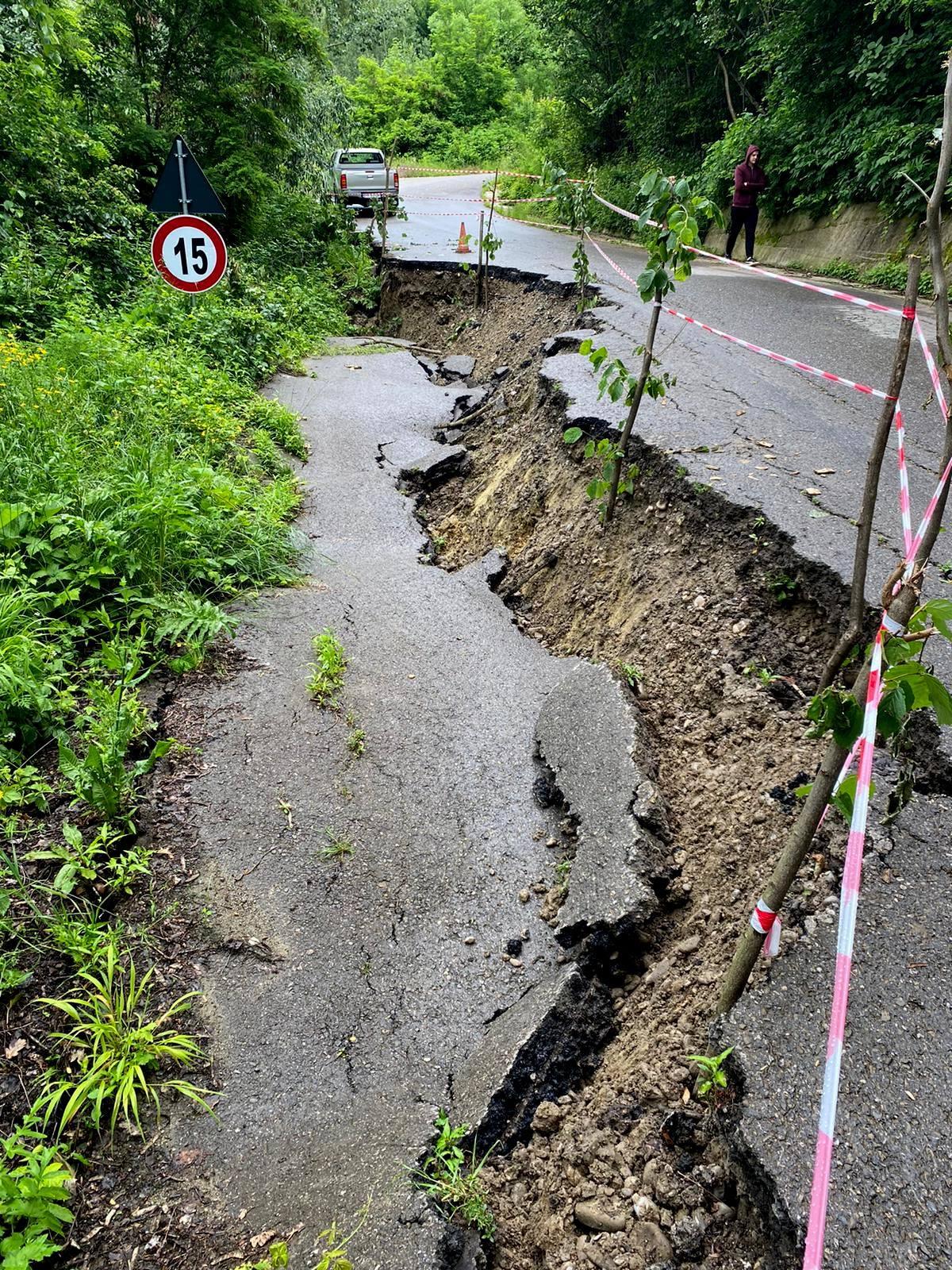 Circulaţie restricţionată pe DJ 219 din cauza unei alunecări de teren