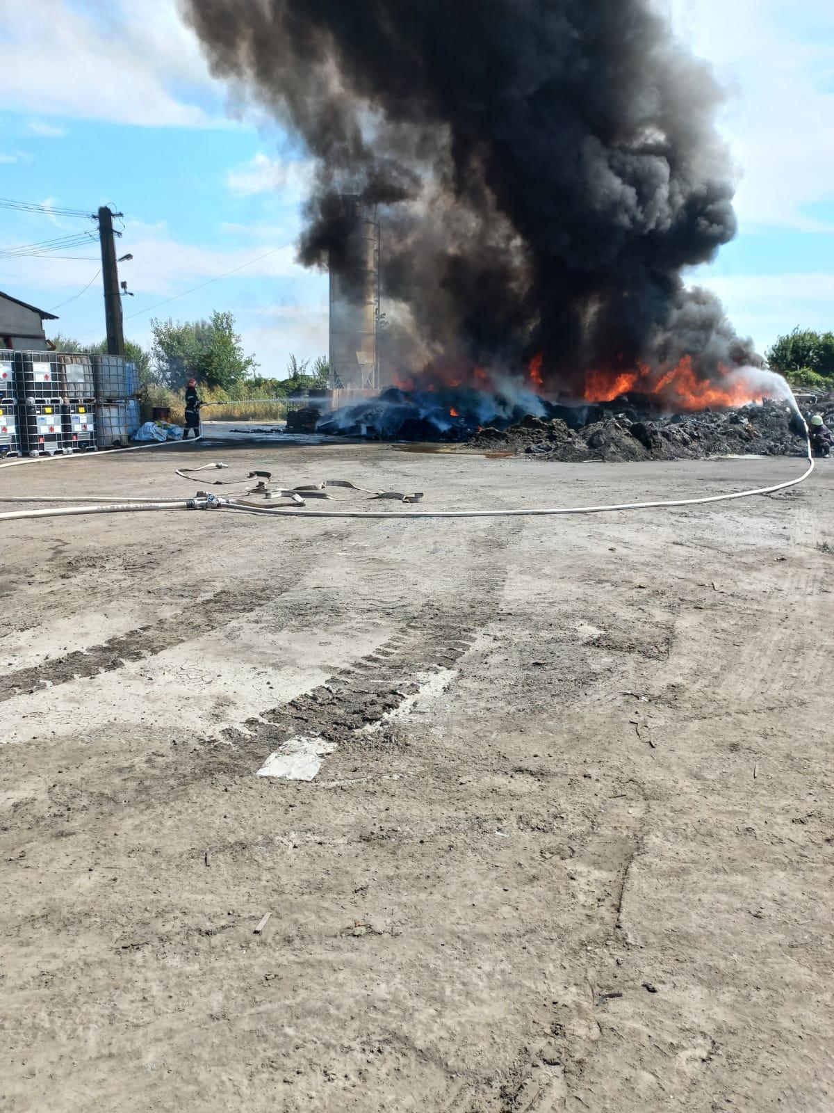 Incendiu la un depozit de deșeuri din Albești-Paleologu