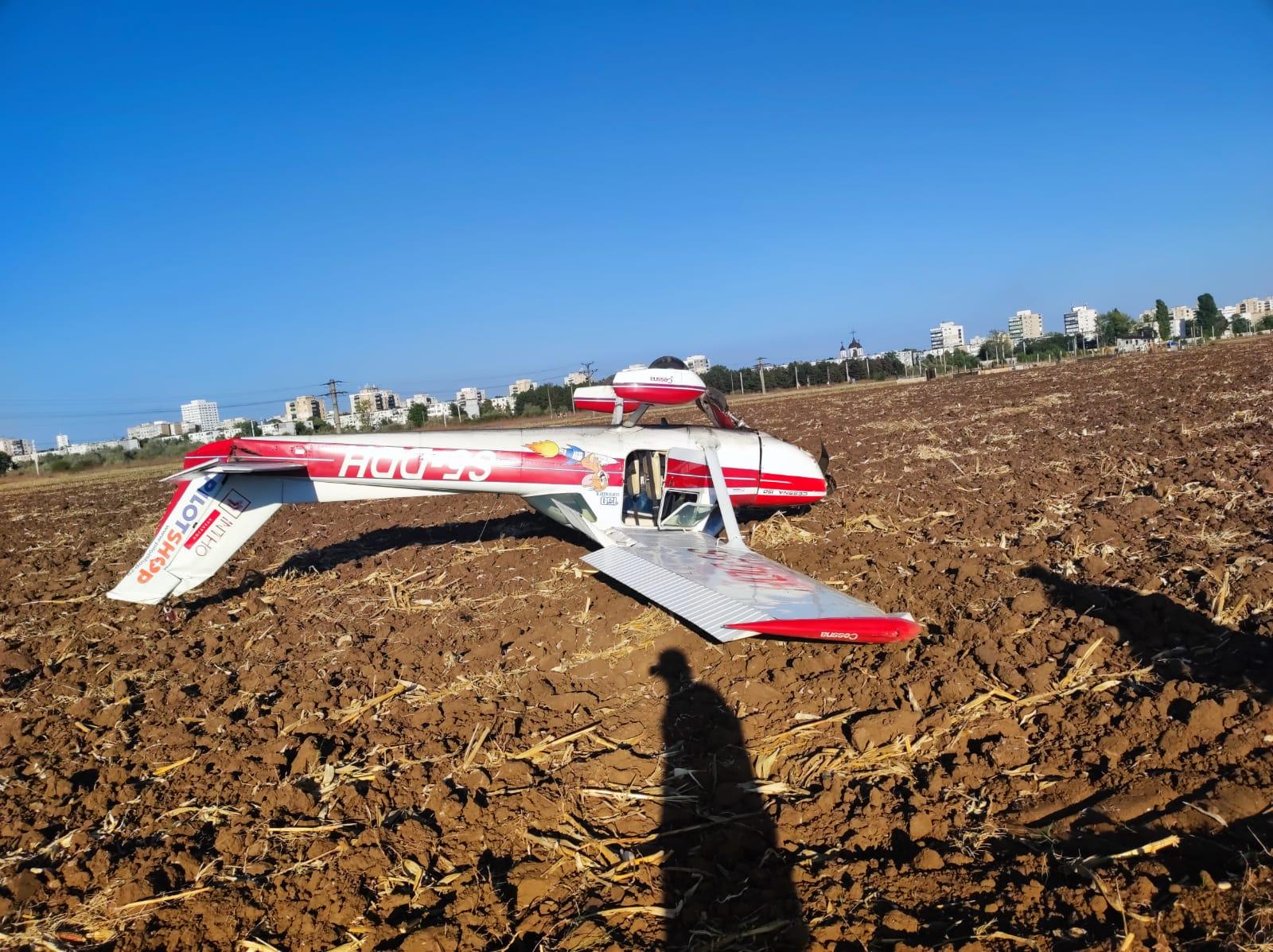 Un avion a aterizat forțat cu fundul în sus, pe un câmp de la Strejnic