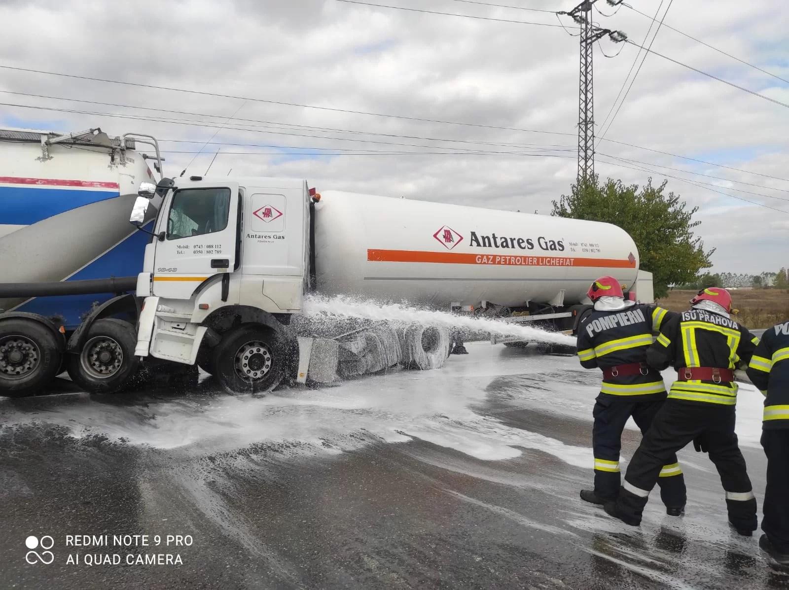 Doi coloși ai șoselelor, unul fiind plin cu combustibil lichid, s-au ciocnit pe DN72