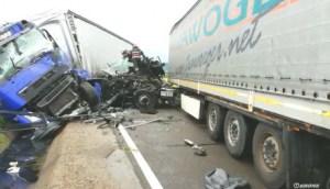 Accident rutier: un TIR s-a răsturnat; traficul rutier este îngreunat