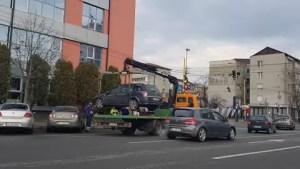 Zeci de mașini parcate neregulamentar au fost ridicate - VIDEO