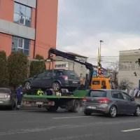 Iohannis a promulgat legea! Mașinile parcate pe trotuar sau pe spații verzi vor putea fi ridicate