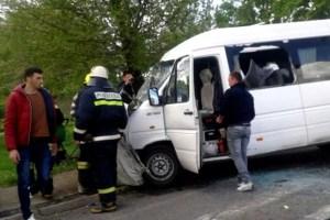 Microbuz cu 16 pasageri, implicat într-un accident grav