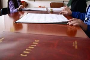 Cadrele didactice  pot fi obligate să își cumpere laptopuri , dacă președintele Iohannis promulgă legea care le acordă două salarii minime pe an