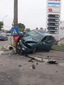 Beat criţă, un şofer a intrat cu maşina într-un stâlp electric - VIDEO