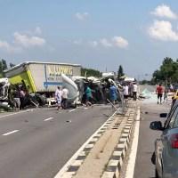 Accident GRAV: 2 tiruri și un autoturism s-au CIOCNIT. Un șofer este inconștient