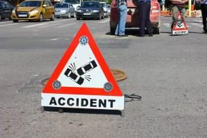 Un mort și doi răniți, după ce două mașini s-au făcut praf
