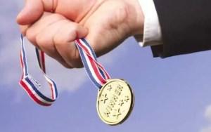 Elevii de 10 premiați de autoritățile din Scornicești