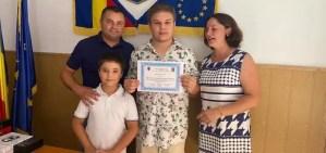 Mario Cosmescu, elevul care a obținut 10 la Evaluarea Națională, premiat de primarul  Robert Rotea