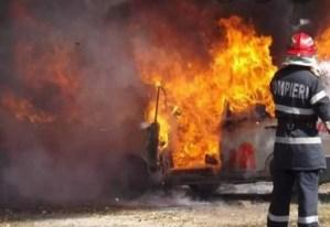 Incendiu puternic în Potcoava. Zeci de pompieri s-au luptat ore în șir cu flăcările