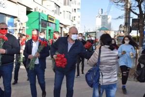 Deputatul Emil Albotă a oferit flori doamnelor și domnișoarelor din Slatina