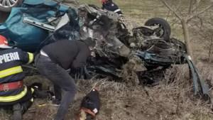 Un mort și trei răniți, între care un copil, după impactul violent dintre două mașini