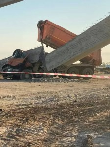 O grindă de beton a căzut peste un camion, pe șantierul Drumului Expres