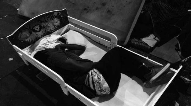 Un exilé dort dans un lit d'enfant dans la jungle de Stalingrad
