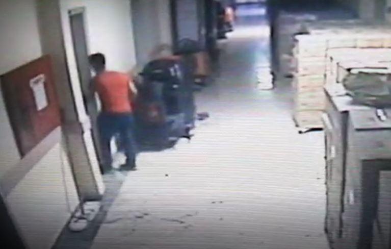 Hastanenin giyinme odasından hırsızlık yaptı kameraya yakalandı