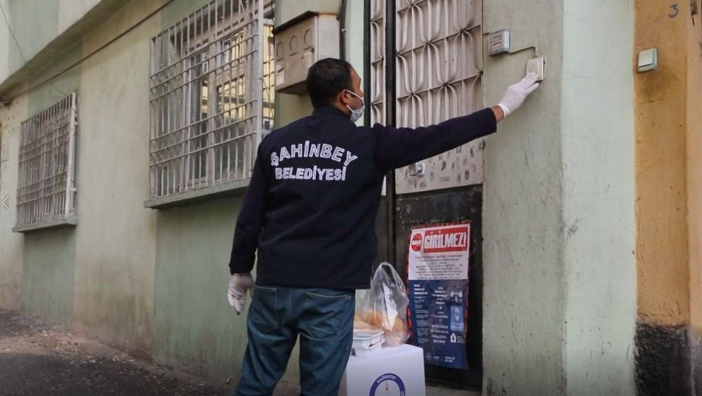 Şahinbey'den karantinadaki vatandaşlara sıcak yemek ve gıda paketi