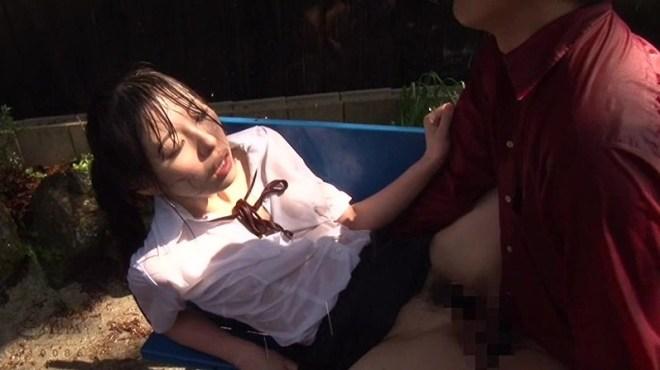 びしょ濡れ女子高生雨宿り強制わいせつ (13)