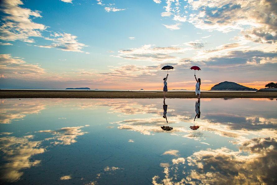 ここはウユニ塩湖!?空を映し出す鏡のような浜辺で記念の一枚を ...