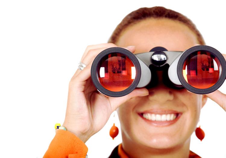 mujer con prismáticos busca igual que en internet