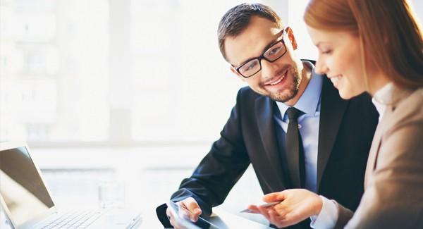 Consultor asesora a una emprendedora en la gestión de su negocio