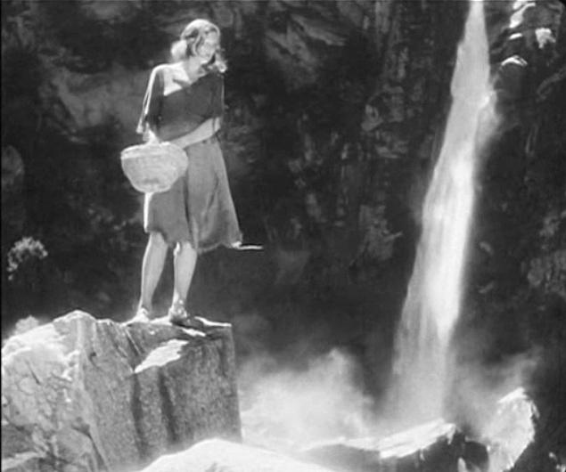 """Una scena del film """"La bella maledetta"""" sotto la cascata."""