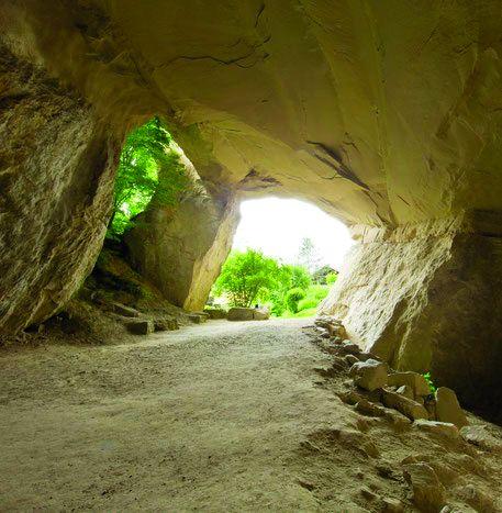 La grotta con proprietà terapeutiche da lei scoperta a Würenlos e uno degli oltre 400 disegni eseguiti da E. Kunz.