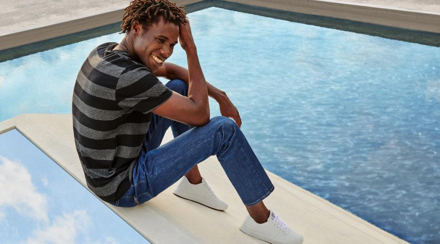 Malwee lava jeans com um copo de água