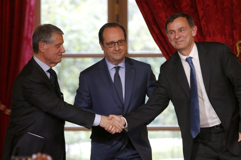 Laurent Castaing (R), President of French shipyard STX France, shakes hands with Mediterranean Shipping Company (MSC) Chairman Gianluigi Aponte (L) as French President Francois Hollande (C) looks on after signing a letter of intention for the order of four more ships from STX France in a 3.6 billion euro ($4.1 billion) investment, during a ceremony at the Elysee Palace in Paris, France, April 6, 2016. REUTERS/Charles Platiau
