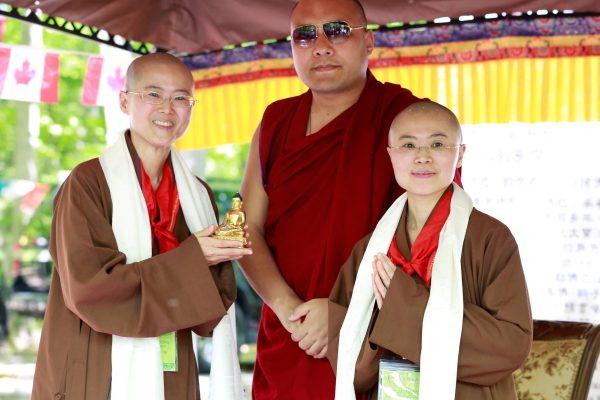 尊勝的第十七世大寶法王噶瑪巴蒞臨多倫多大悲菩提寺加持、動土佛塔、開光大典。