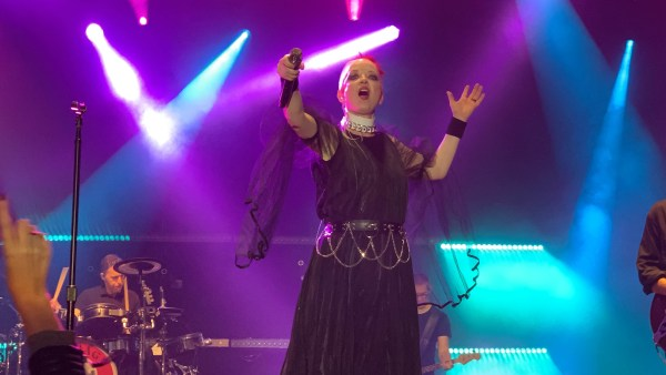 Shirley Manson from Garbage pointing the microphone to the crowd