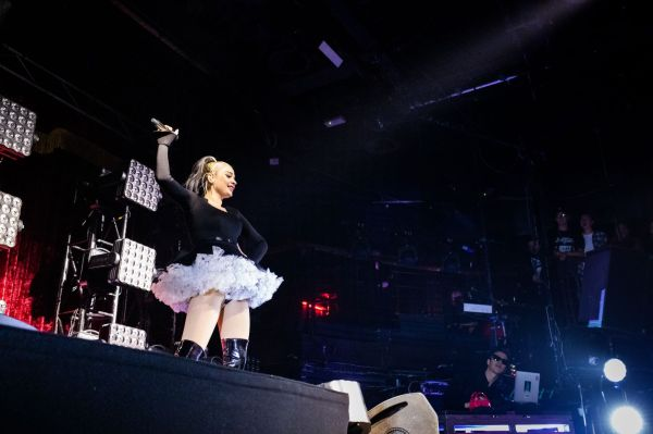 Kim Petras raising her microphone. Image by Babs Daly.