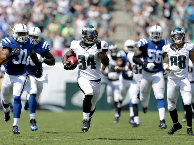 Running Back Kenjon Barner Scores Twice In Eagles Win