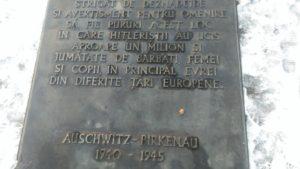 placa_comemorativa_auschwitz