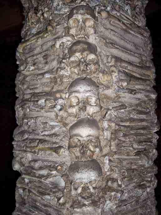 Coluna com crânios
