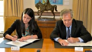 Luis Almagro (OEA) y Rosa María Payá firman acuerdo.