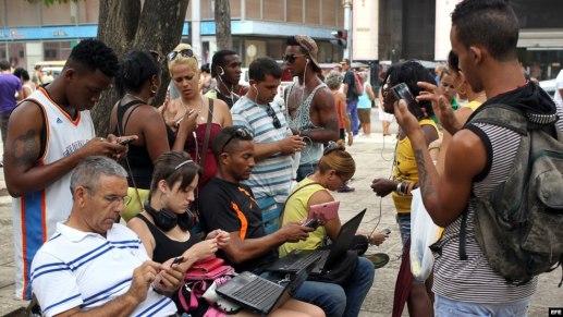 Cubanos se conectan a Internet a través de un punto Wi Fi, en La Habana.