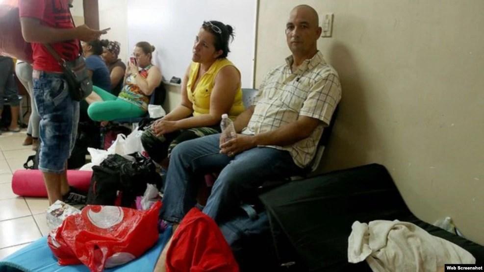 Cubanos albergados en la iglesia Santa Ana, en la capital panameña.